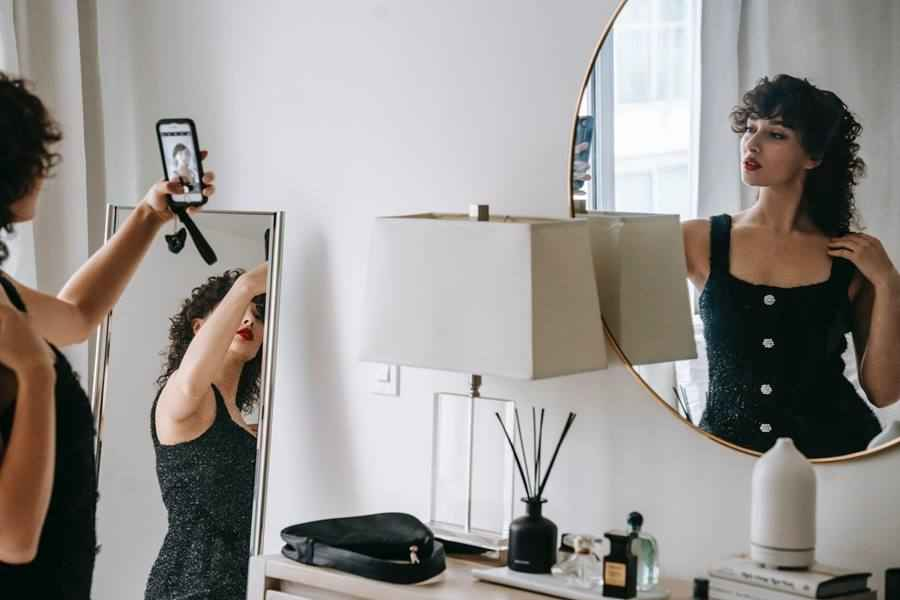How to Take A Great Mirror Selfie At Home?